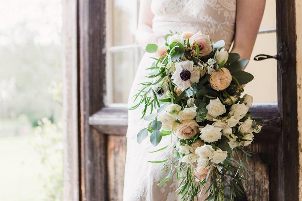 دسته گل آبشاری با رنگ های خنثی