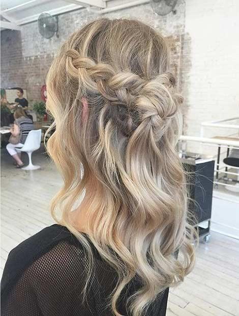مدل موی نیمه باز با بافت تاجی شکل به هم ریخته