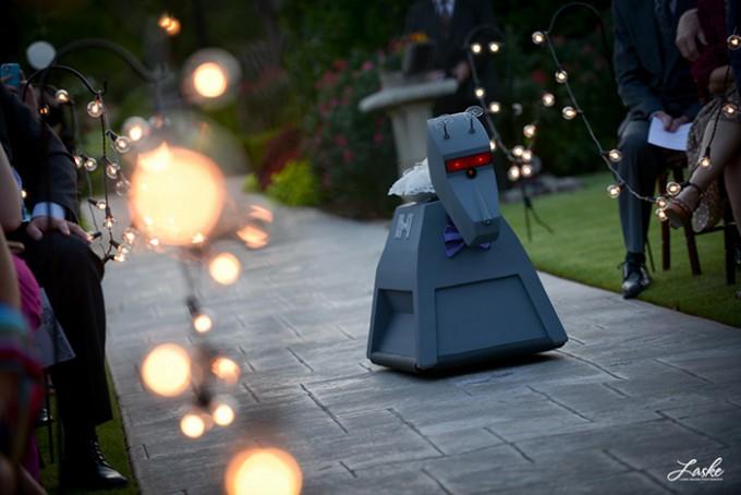 ربات برای آوردن حلقه عروس و داماد
