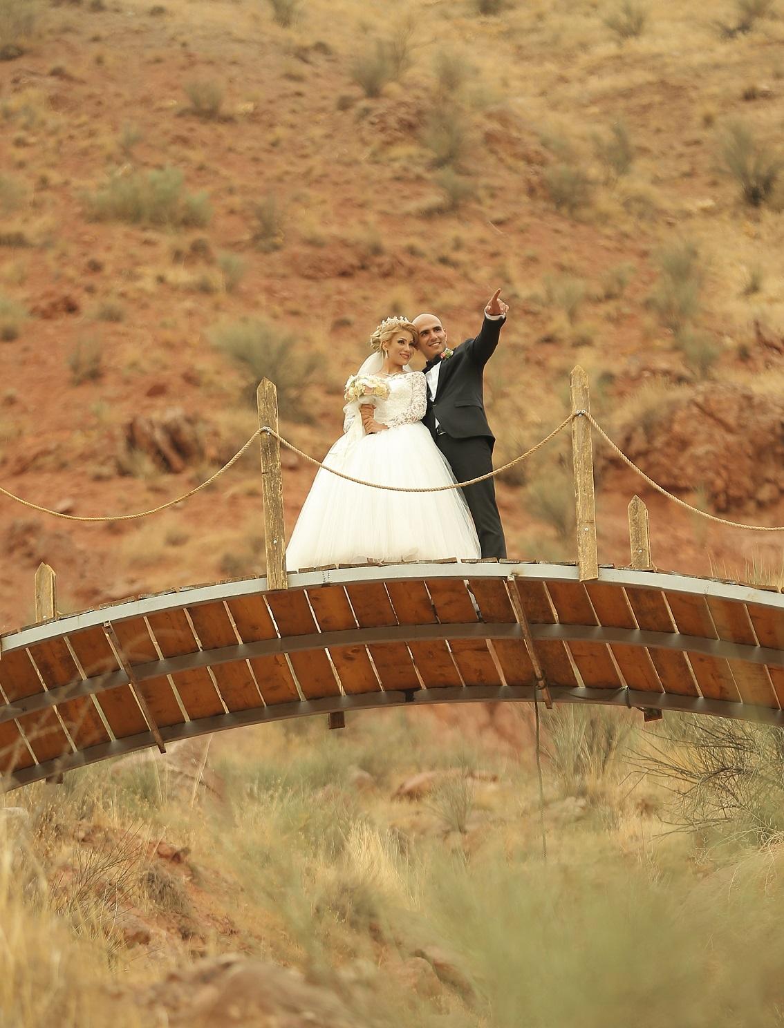 آتلیه عکس و فیلم سرو | عروس داماد روی پل