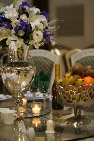 تشریفات ژوان | گل آرایی میز